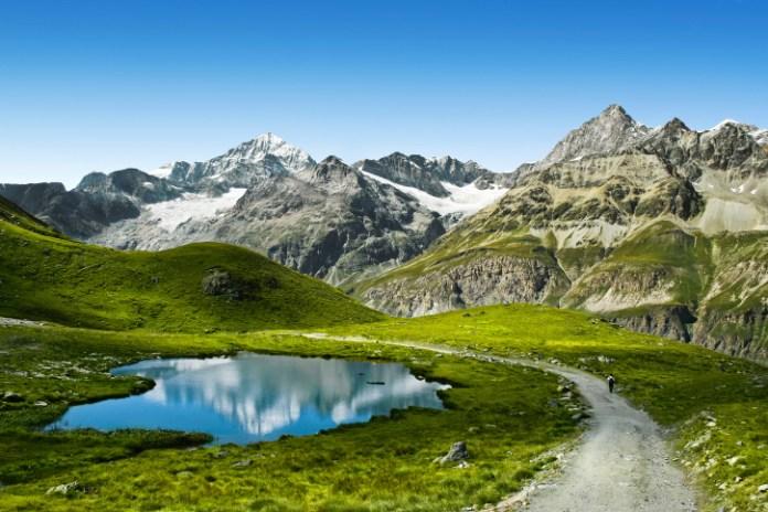 درب سياحي في جبال الألب السويسرية