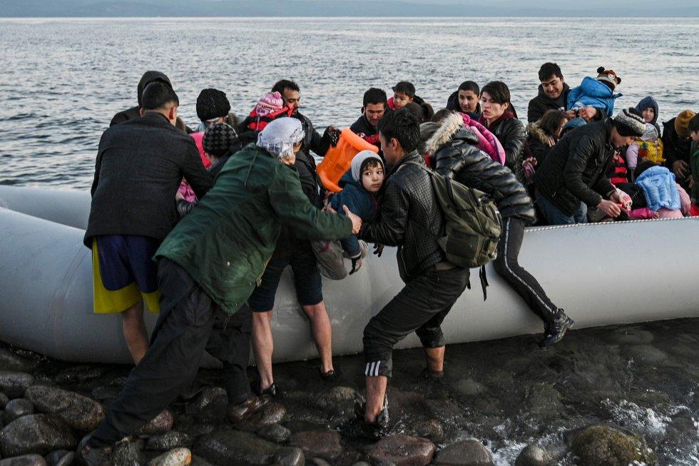 لاجئون ينزلون في جزيرة ليسبوس اليونانية في 2 مارس.  صرح العديد من اللاجئين السوريين أنه بمجرد وصولهم من اسطنبول وغيرها من المدن التركية ، لم يعد لديهم إذن بالعودة ، لأن السلطات التركية تسمح لهم فقط بركوب المركبات التي تعيدهم إلى الحدود.