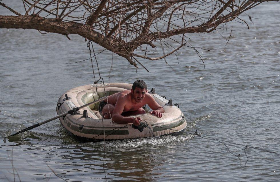 يحاول مهاجر داخل قارب قابل للنفخ الوصول إلى الجانب التركي من نهر إفروس في الأول من مارس.