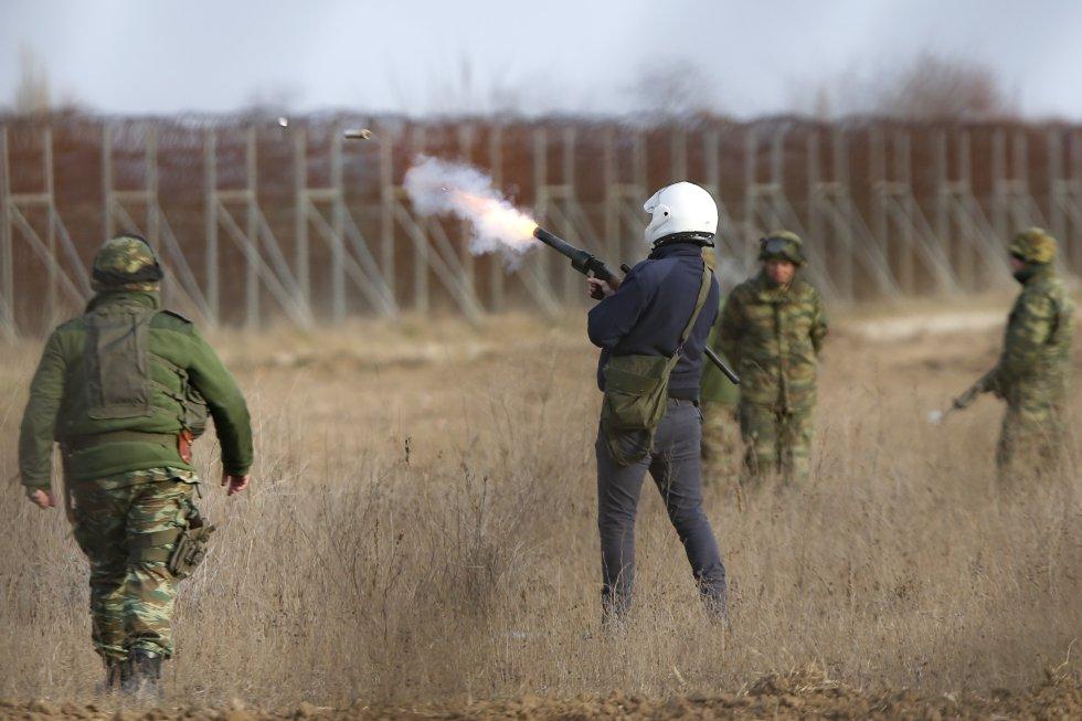 الجيش اليوناني يطلق الغاز المسيل للدموع لمنع المهاجرين من دخول اليونان في 1 مارس.  تضمن العديد من المهاجرين أن الشرطة التركية تأخذهم إلى قرى معزولة ، حيث ينتظرهم المهربون ، ووعد بمساعدتهم على عبور نهر إفروس ، الذي يمثل الحدود ، عند دفع 50 يورو.