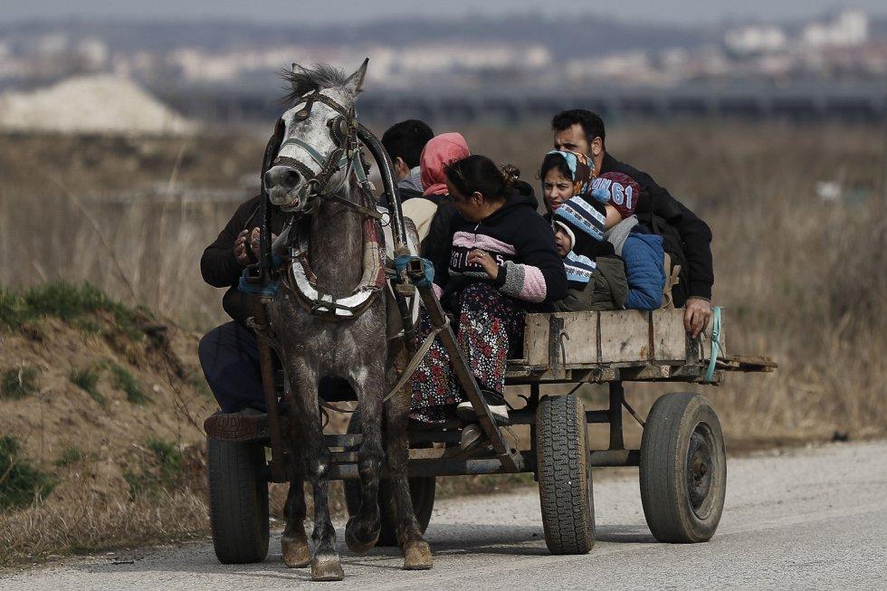يصل اللاجئون بالسيارة على الحدود التركية اليونانية في أدرنة (تركيا) في الأول من مارس.  قامت السلطات التركية بتوزيع أرقام تفيد بأن أكثر من مائة ألف شخص تمكنوا من العبور ، على الرغم من أن السلطات اليونانية قد أشارت إلى أنه تم اعتقال مائة شخص فقط في الساعات الأخيرة بعد دخولهم الأرض اليونانية.