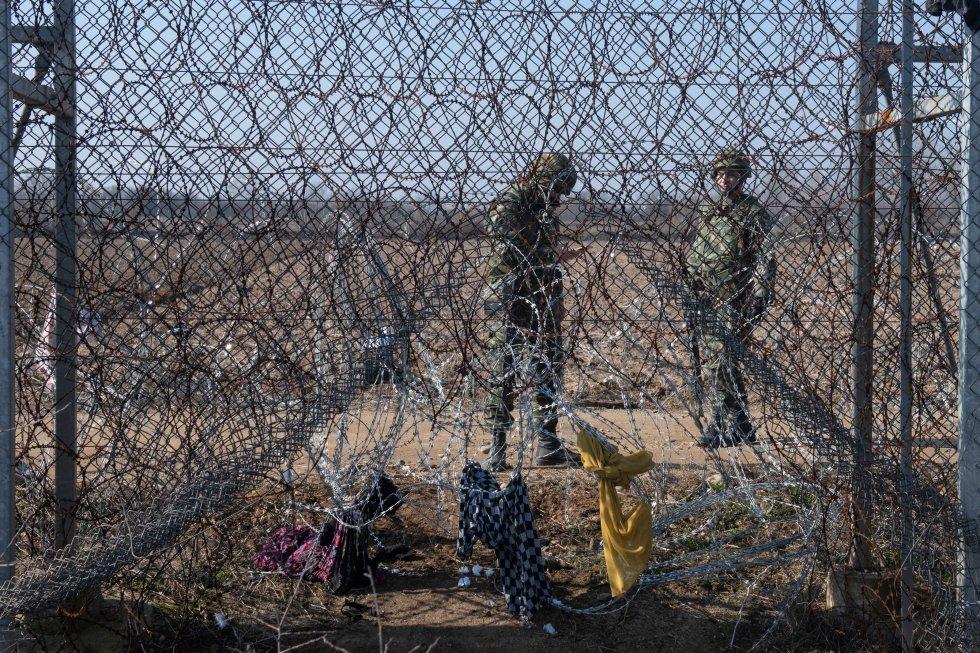 حرس الحدود اليوناني يراقب الأسوار الحدودية في الأول من مارس.