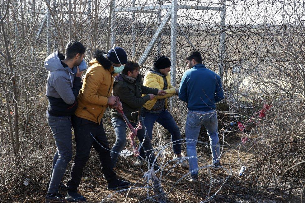 يحاول العديد من المهاجرين قطع السياج على الحدود التركية اليونانية في 2 مارس.