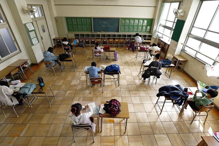 تحاول مدرسة في اليابان الحفاظ على مسافة كبيرة بين الطلاب (رويترز)