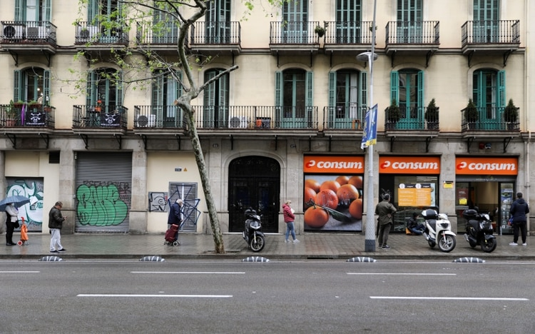 طوابير للشراء في سوبر ماركت برشلونة (رويترز / ناتشو دوسي)