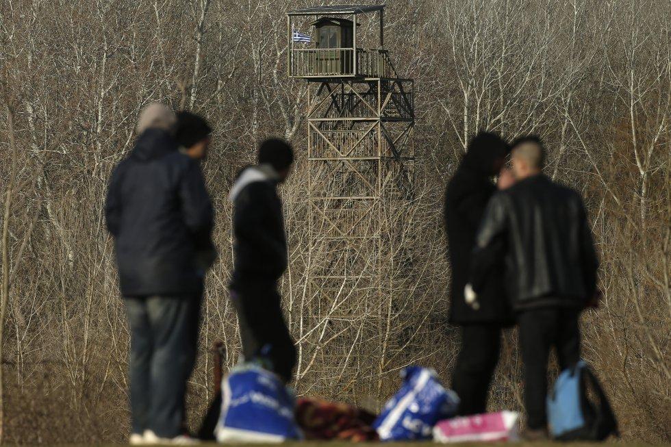 مجموعة من المهاجرين تنتظر عند الحدود بين تركيا واليونان في 3 مارس.