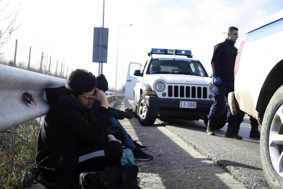 تحتجز الشرطة اليونانية العديد من المهاجرين بالقرب من Orestiada في 3 مارس.