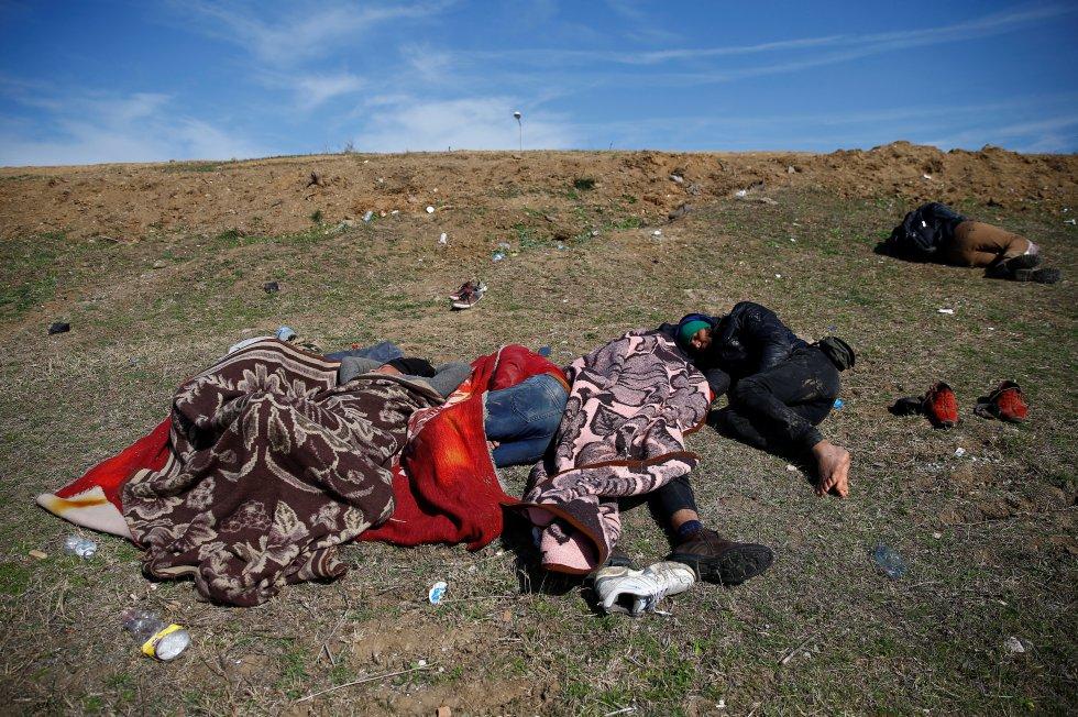 مجموعة من المهاجرين يستريحون بالقرب من نهر تونكا ، في أدرنة (تركيا) ، في 3 مارس.