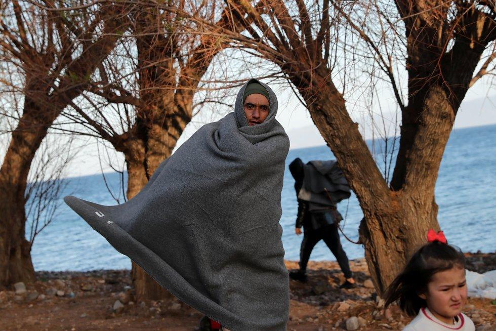 مهاجر مغطى ببطانية ، بعد وصوله إلى ليسبوس (اليونان) ، في 3 مارس.