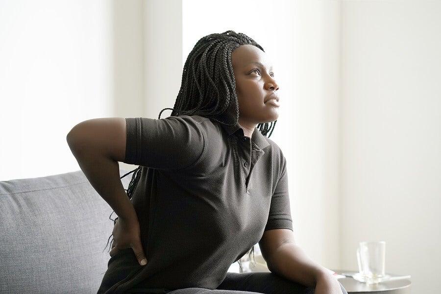 امرأة مصابة بالتهاب كيسي في الورك