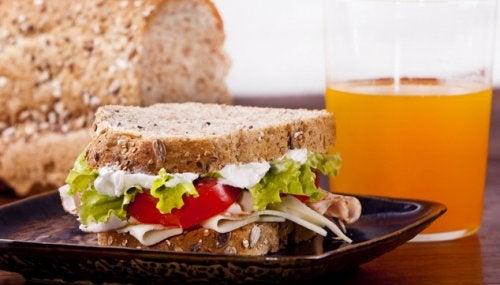 ساندوتش ديك رومي كامل القمح وعصير برتقال