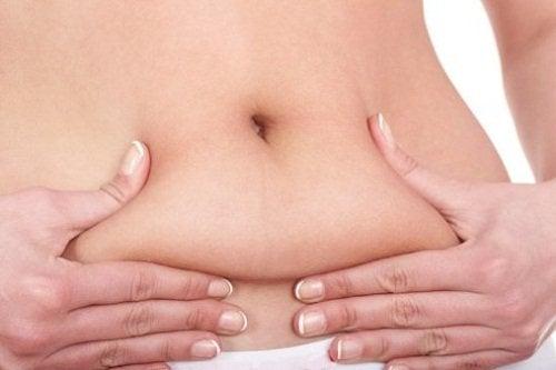 امرأة تعاني من دهون في البطن