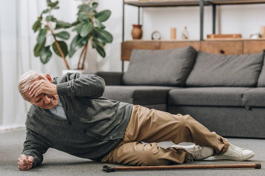 كبار السن يقعون بسبب نقص التوازن.