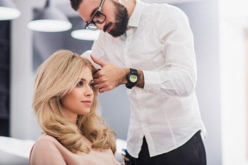 امرأة في صالون لتصفيف الشعر