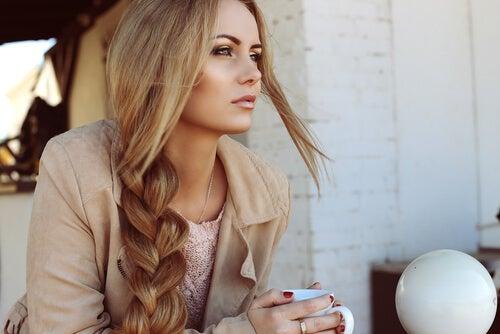 المرأة ذات الشعر الصحي من استخدام ماء إكليل الجبل