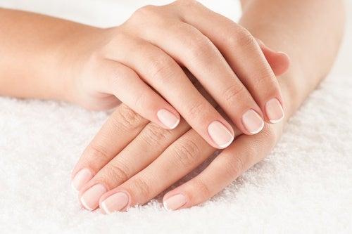 اليدين على منشفة بيضاء