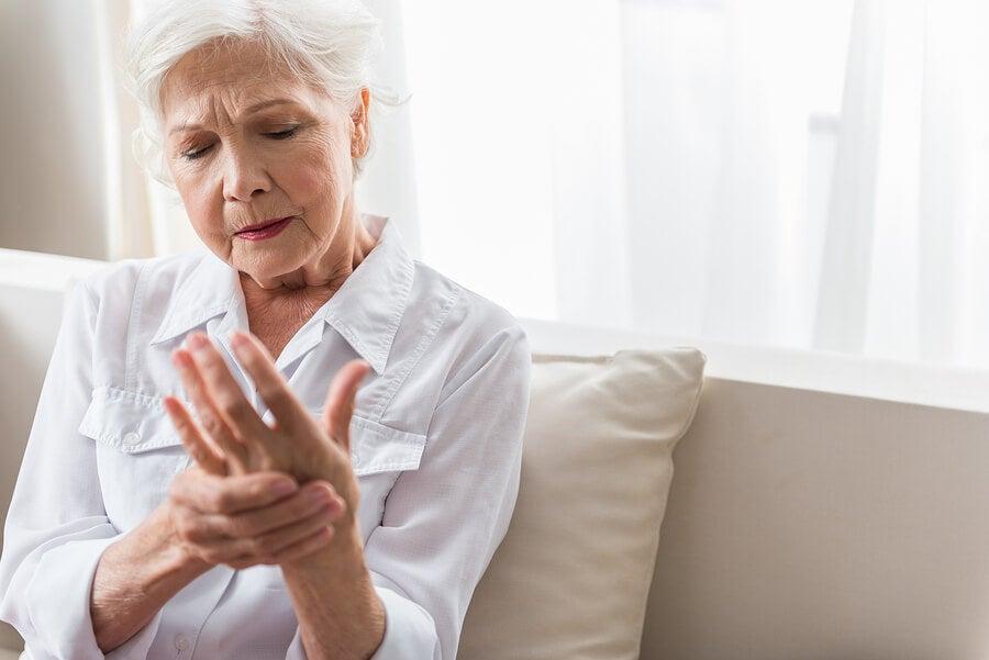 ألم التهاب المفاصل عند المرأة.