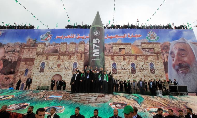 """محمود همس- وكالة الصحافة الفرنسية / غيتي إيماجزقام مشعل بزيارة نادرة إلى غزة في عام 2012. وقد قال أمام نسخة طبق الأصل عملاقة لصاروخ M75 في قلب مدينة غزة ، أمام حشد من الفلسطينيين الهتاف ، """"لن نعترف أبدًا بشرعية الاحتلال الإسرائيلي ، وبالتالي هناك لا شرعية لإسرائيل """"."""