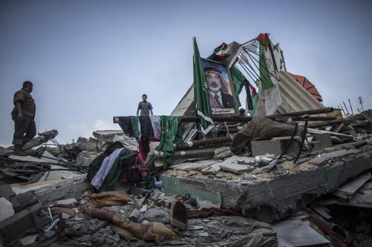 صورة لنائب رئيس حركة حماس ، إسماعيل هنية ، معروضة وسط أنقاض منزله الذي دمر في غارة جوية إسرائيلية ليلا في مدينة غزة ، 29 يوليو ، 2014.