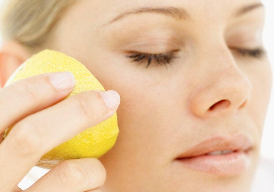 استخدمي الليمون لتجميل بشرتك بشكل طبيعي