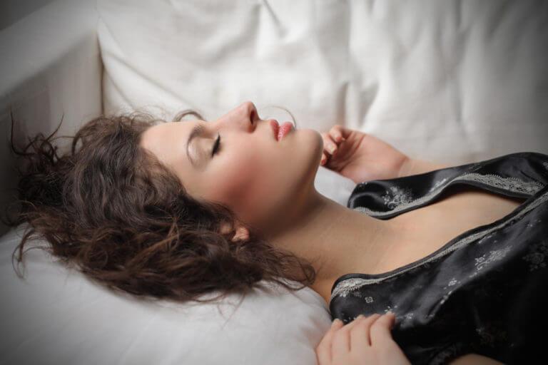 النوم بالمكياج