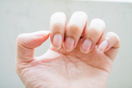 منتجات التنظيف أو الكاشطة تسبب لنا مشاكل الأظافر.