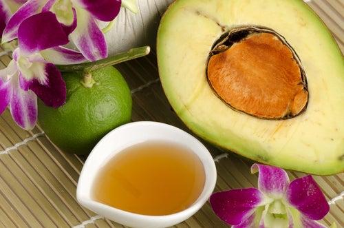 الأفوكادو والعسل لإزالة الشوائب من الجلد