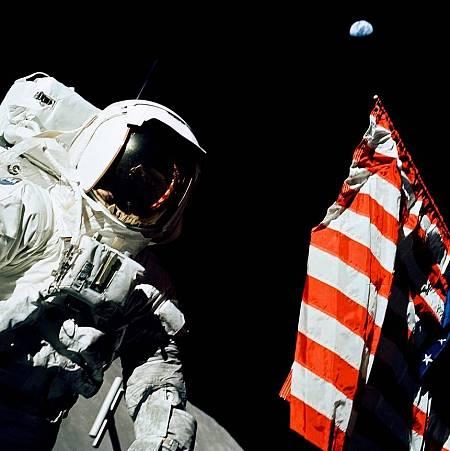 العالم ورائد الفضاء هاريسون شميت بجانب العلم الأمريكي