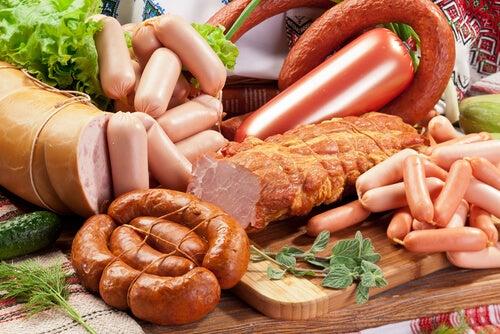 اللحوم المصنعة مثل الكوريزو والسجق