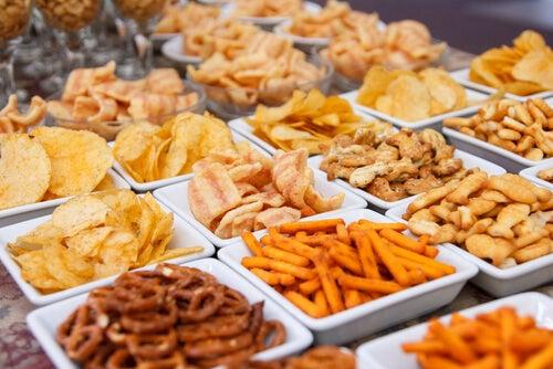 الأطعمة المقلية ، مثل الوجبات الخفيفة في الصورة ، هي الأطعمة التي تضر بالجلد عن طريق زيادة دهنها وتقليل مرونتها.