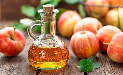 خل التفاح ، والذي يمكن أن يكون فعالاً في علاج فطريات الأظافر