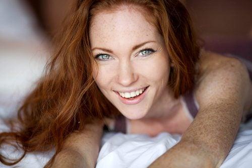 امرأة حمراء الشعر مع النمش