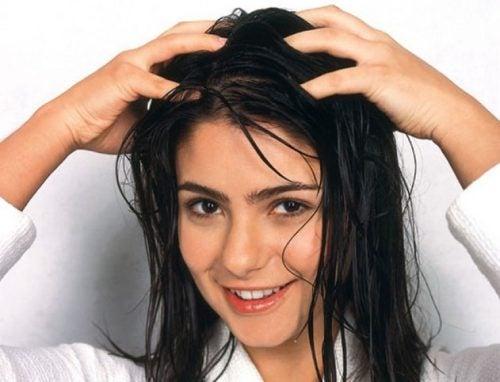 يمكنك العناية بفروة رأسك باستخدام الأقنعة والزيوت الطبيعية.