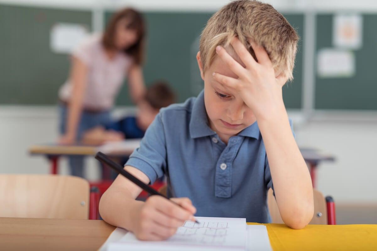 طفل يعاني من صداع لا يخفف من تناول أوميغا 3.