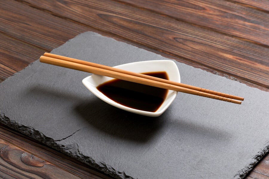صلصة الصويا في وعاء للسوشي.
