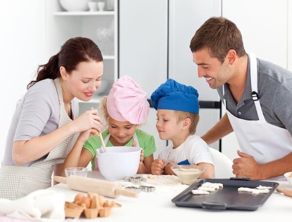 عائلة مع أطفال يطبخون ملفات تعريف الارتباط.