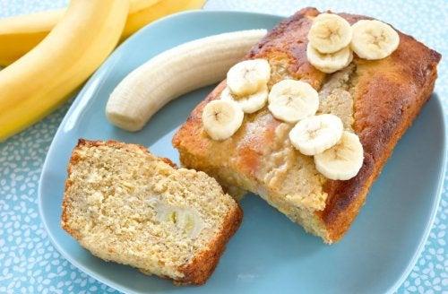 كعكة الموز ودقيق الشوفان بدون دقيق وبدون سكر