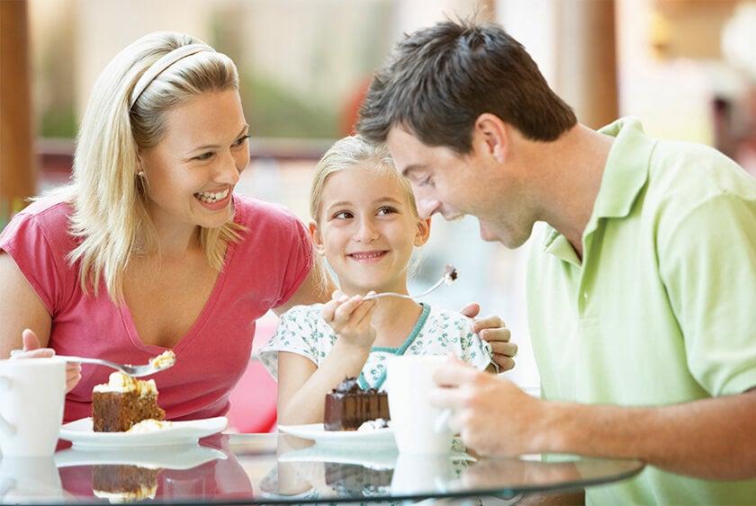 أكل الأسرة الحلوى