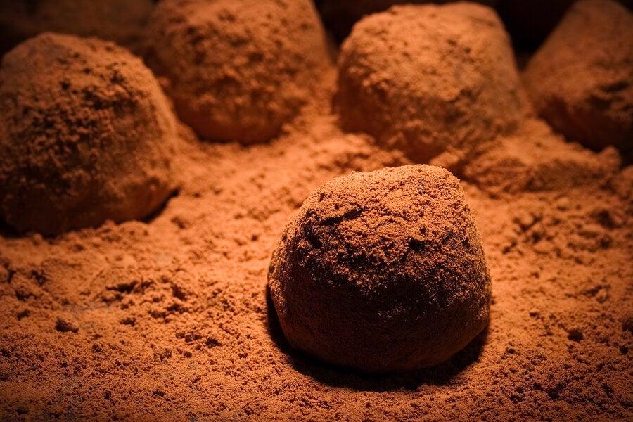 شوكولاتة الكمأ على مسحوق الكاكاو.