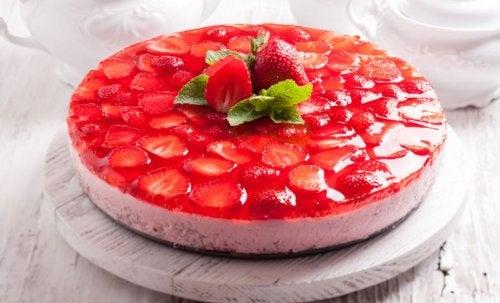 كعكة الفراولة مع الكريمة الخالية من السكر