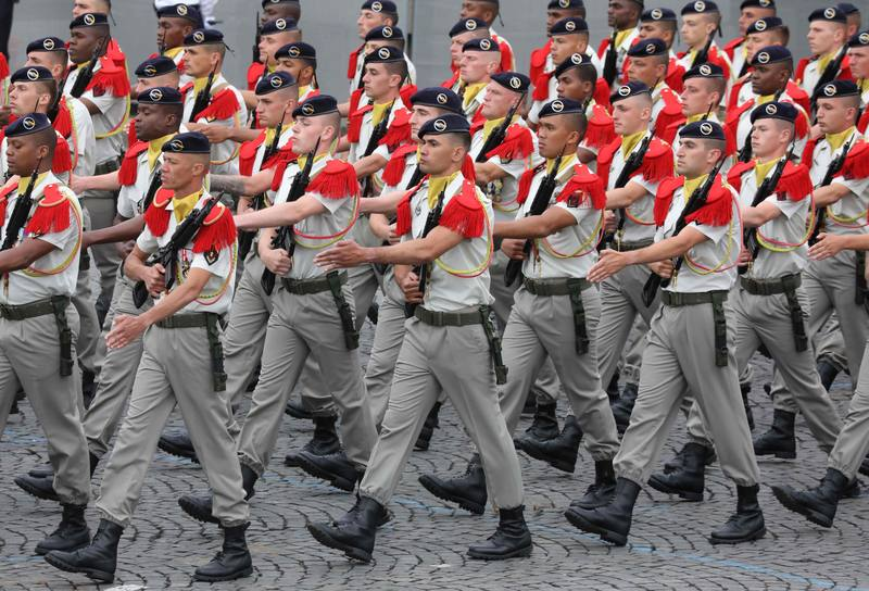 اللواء الفرنسي الألماني يستعرض في الشانزليزيه. AFP لودوفيك مارين