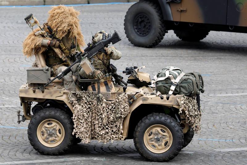 جنود فرنسيون يجري بتمرين عسكري خلال العرض. (رويترز) تشارلز بلاتيو