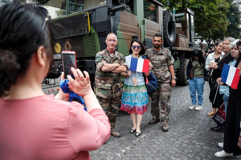 الجنود الفرنسيون ويقومون الجمهور في العرض. AFP زكريا عبد الكافي