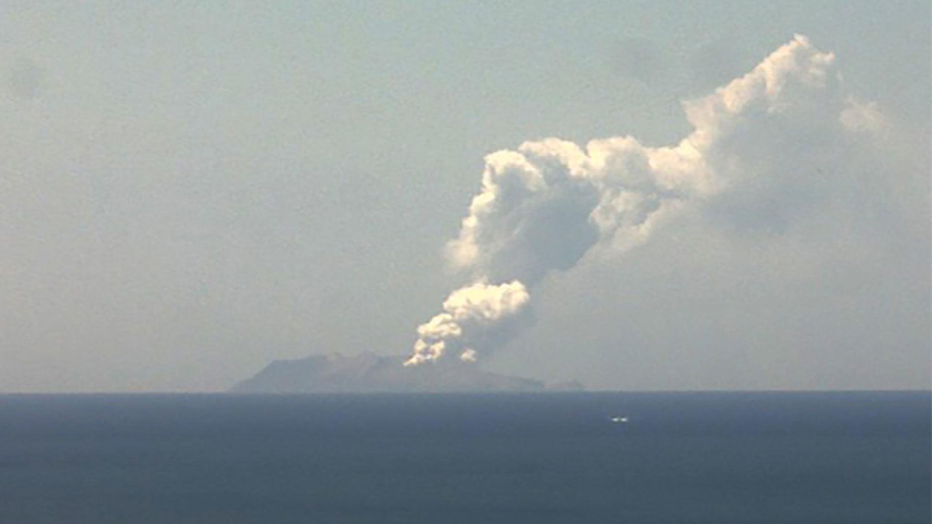 في الصور ، يمكنك رؤية عمود الدخان الضخم الذي يأتي من المرجل ، والتي يقول الخبراء إنها وصلت إلى ارتفاع 3000 متر