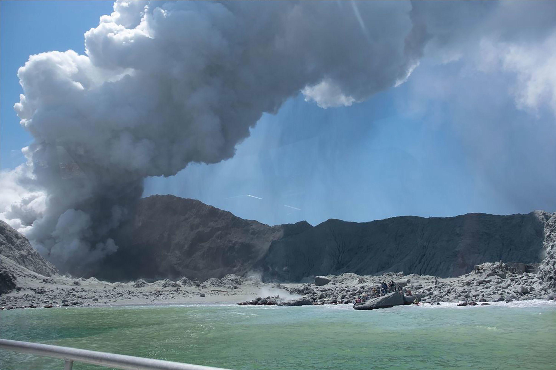 كانت مجموعة من المتجولون بالقرب من فوهة البركان قبل دقائق من الانفجار ، وفقًا لصور من كاميرا تتبع مثبتة في المنطقة.