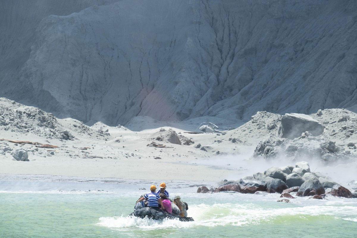 تقدر سلطات نيوزيلندا أن عدد السياح في الجزيرة وقت الانفجار كان أقل من 50