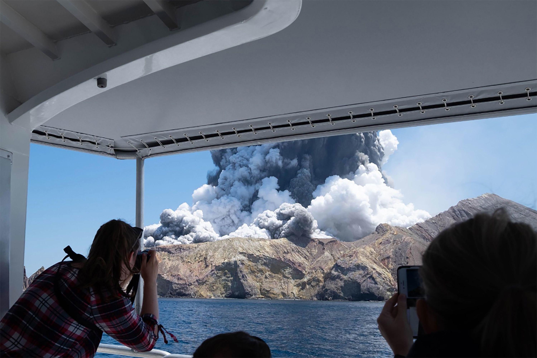 حدث ثوران Whakaari في وقت مبكر من بعد الظهر بطرد الصخور وسحابة كبيرة من الرماد فوق الجزيرة البيضاء ، وهي جزيرة تقع على بعد 48 كم شرق الجزيرة الشمالية