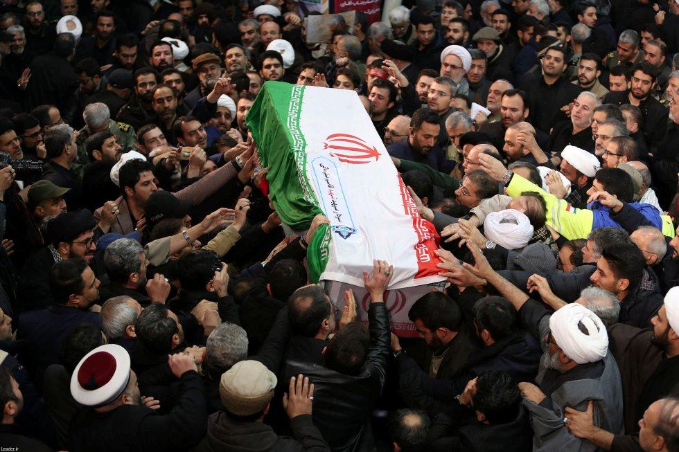 جنازة الجنرال سليماني يتحملون نعش المتوفى في طهران (إيران).