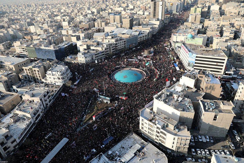 يشاركون في الموكب الجندي في وسط طهران (إيران) ، يوم الاثنين.