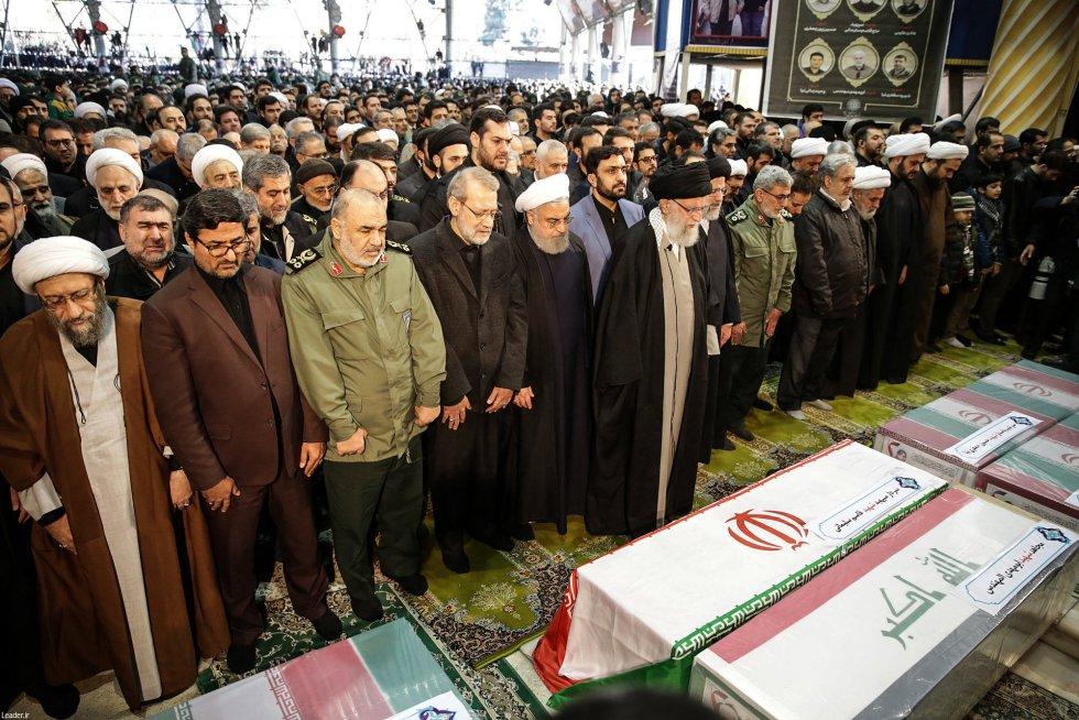 يشاركون في أحداث طهران لحضور جنانزة الجنرال قاسم سليماني  الاحتفالات التي قادها المرشد الإيراني الأعلى ، آية الله علي خامنئي ، في وسط الصورة.